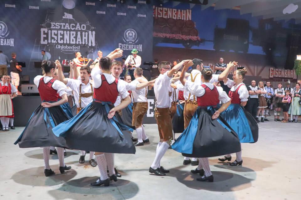 Apresentação de danças típicas na Oktoberfest Blumenau