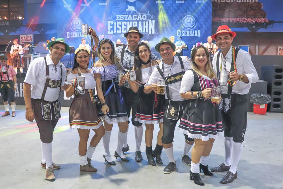 Use roupas típicas alemãs para visitar a Oktoberfest Blumenau