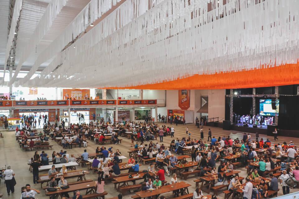 Como é a Marejada? Tem espaços com mesas e bancos para comer