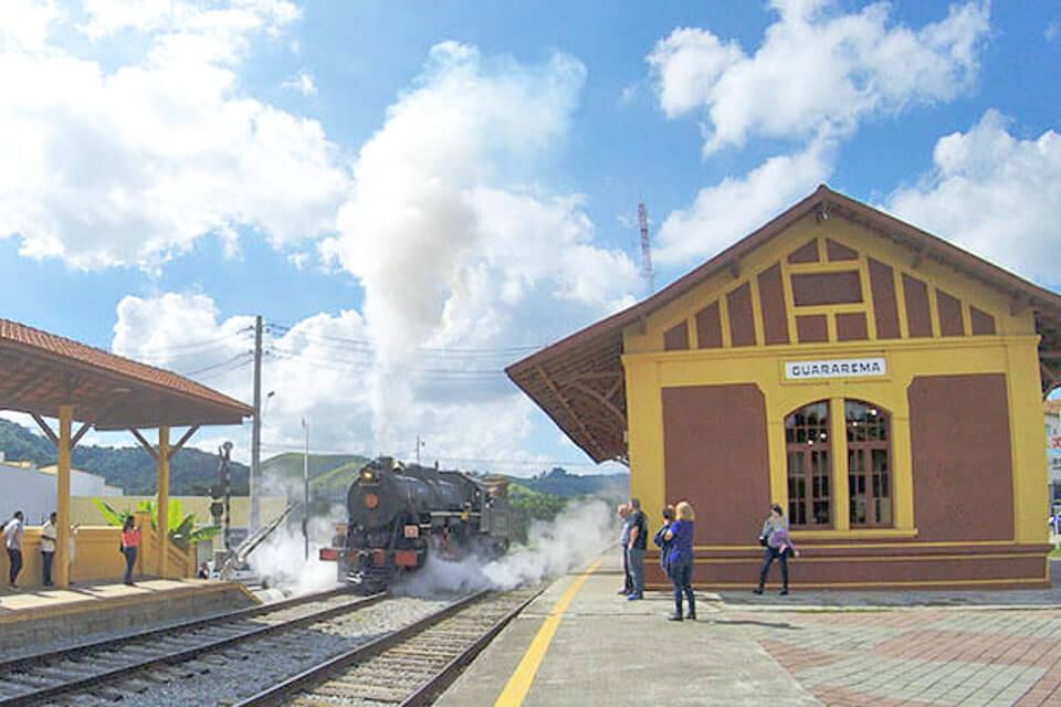 Trem chegando na estação de trem de Guararema