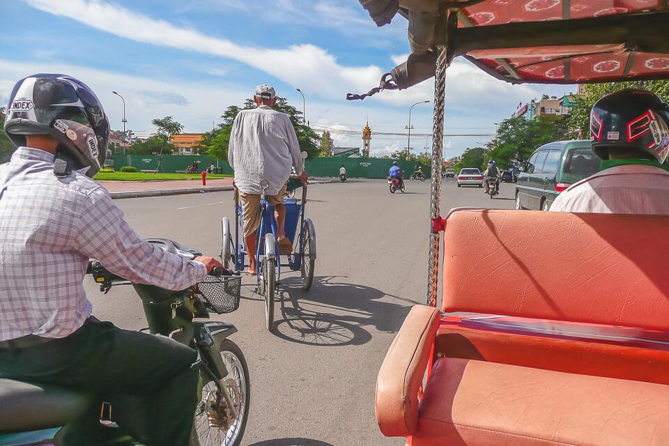 Como é andar de tuk tuk em Phnom Penh, Camboja