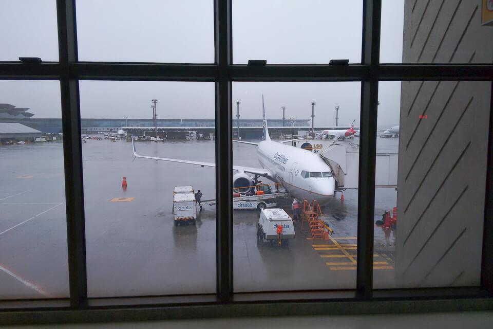 Como é voar Copa Airlines? Sala de embarque em Guarulhos