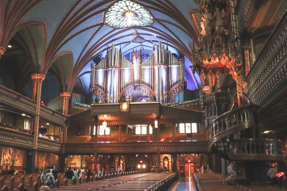Imponente órgão acima da entrada principal Basílica de Notre Dame de Montreal