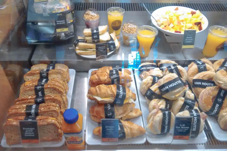 Onde comer em Montreal - Café da manhã com opções de sanduíches e frutas