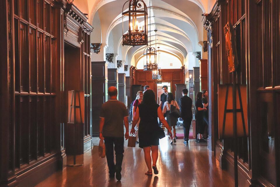 Os corredores da Casa Loma, castelo em Toronto
