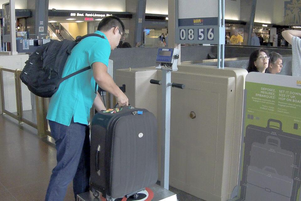 Estação de trem de Montreal tem balança para pesar a mala