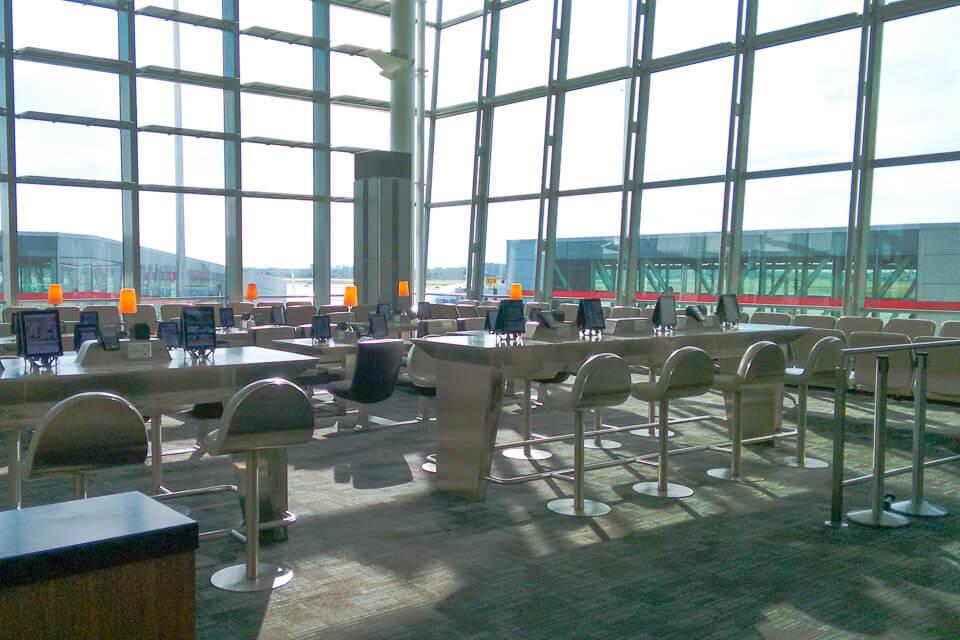 Como é voar Copa Airlines? área de embarque em Toronto
