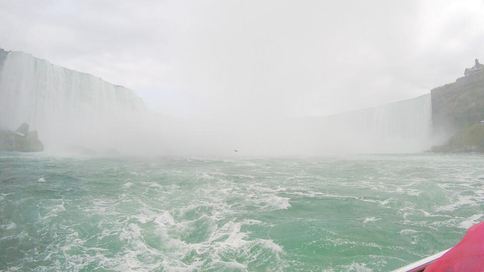 Passeio de barco Hornblower Niagara Cuises de frente para as cataratas