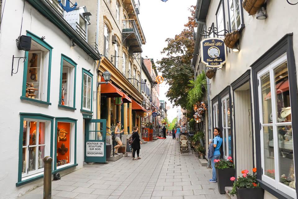 A rua, de tão bonita e charmosa, parecia de mentira. Você também não tem a impressão de que está em um filme?