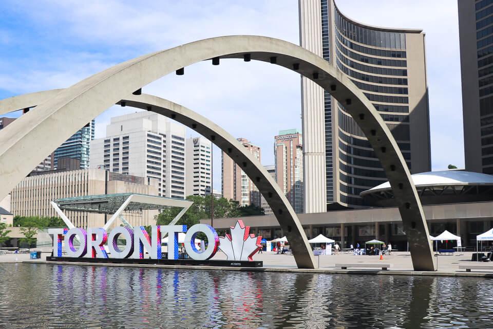 Nathan Phillips Square e os letreiros de Toronto