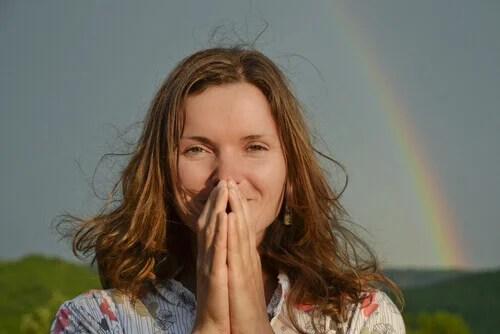 Mulher feliz com arco iris