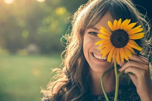 Mulher feliz com flor