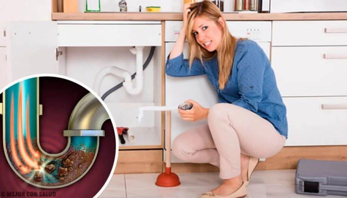 Mulher sem saber como limpar canos