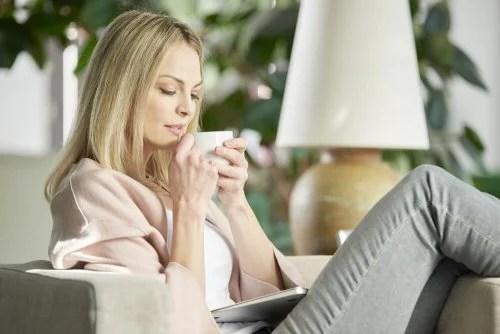 Mulher com gripe se cuidando com chás