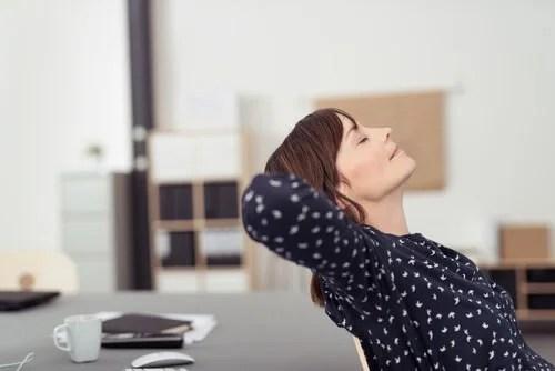 Mulher relaxando no escritório