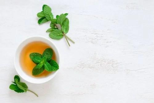 Chá de hortelã para aliviar la tos