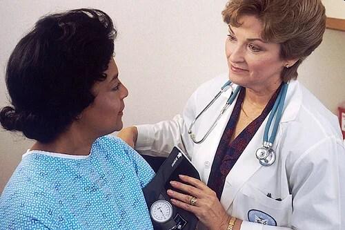 medica-e-paciente Nódulos na garganta - 5 sinais possíveis