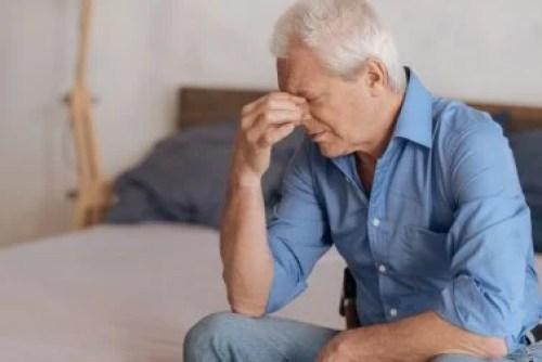 Homem triste se lembrando de memórias dolorosas