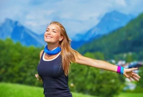 mulher-bracos-abertos-alegria-energia-1-500x337 Descubra como melhorar sua saúde ao beber mais água a cada dia