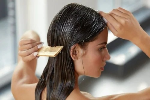 Mulher fazendo hidratação com iogurte nos cabelos