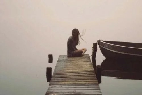 Mulher sozinha em píer