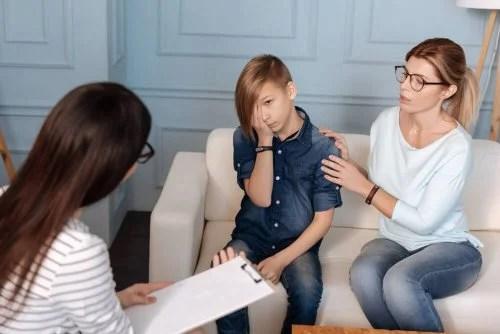 Criança fazendo terapia contando sobre relacionamento com pessoas difíceis de lidar