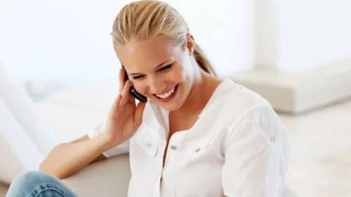 Mulher feliz falando por celular