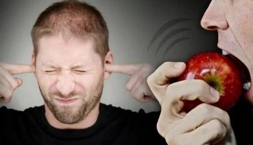 Homem com sensibilidade aos ruídos