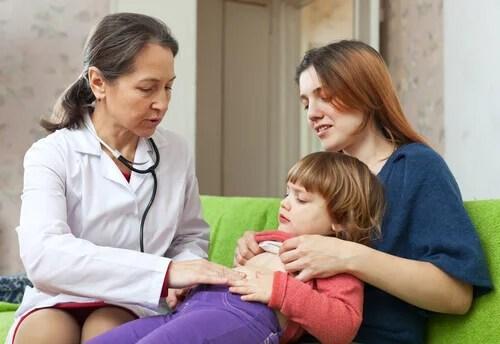 Médico examinando presença de parasitas em criança