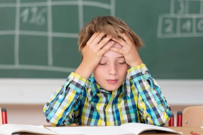 Criança com dor de cabeça intensa