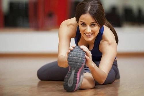 Mulher fazendo exercícios para evitar veias varicosas