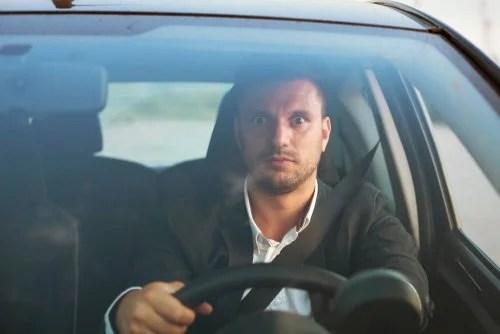 Homem com medo de dirigir