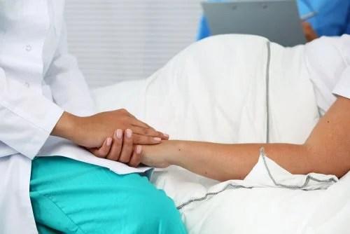 Médico aliviano preocupação de mamãe