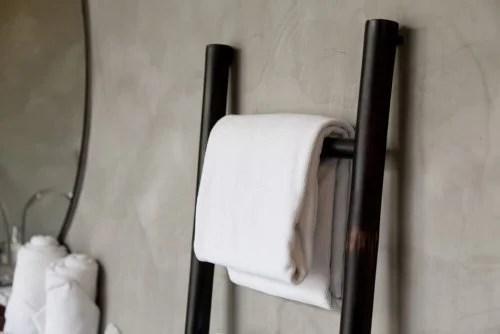 Pode reciclar uma escada de madeira para pendurar toalhas