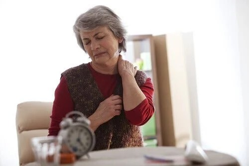 dores-nsa-costas-500x334 Ginecologista conta tudo sobre Dores nos ovários na menopausa