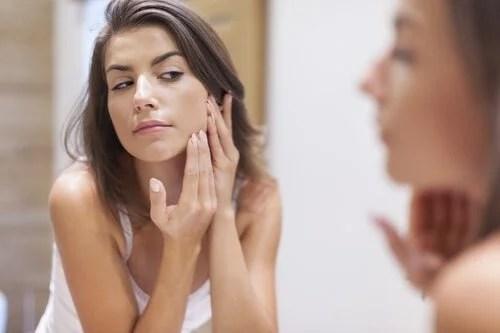 mulher-com-alergia-500x333 Por que é necessário lavar os pincéis de maquiagem com frequência?