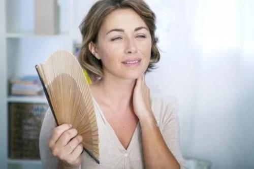 mulher-se-abanando-500x333 A menopausa precoce aumenta o risco de demência