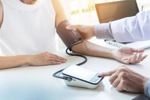 medico-controlando-a-pressao-500x334 Como controlar a hipertensão com dieta?