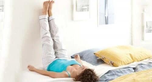Mulher elevando as pernas