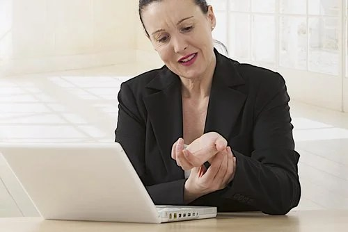 Mulher com artrite na mão