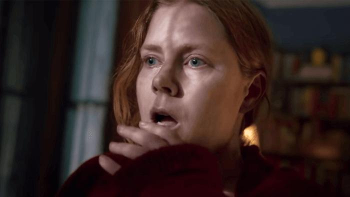 thriller psicológico a mulher na janela trama trailer do elenco e data de lançamento do netflix amy adams