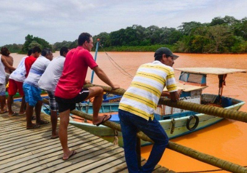 Moradores de Regência (ES) observam a chegada da lama em um dos portos da cidade