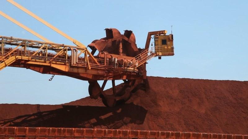 Máquina movimenta minério de bauxita
