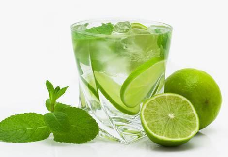 Beba água com limão logo de manhã em jejum