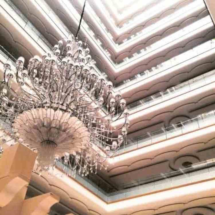 Verdiepingen van het hotel gezien vanaf de lobby