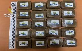 Detenidos en Melilla cuatro individuos por recoger droga lanzada a través de la valla con Marruecos