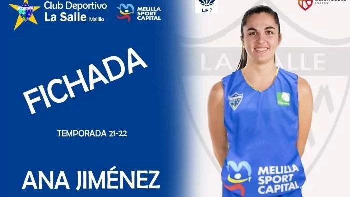 Ana Jiménez posando con su nueva camiseta