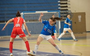 Julia de Oliveira jugando