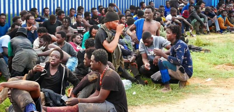 Migrantes tras el salto a la valla en el CETI de Melilla