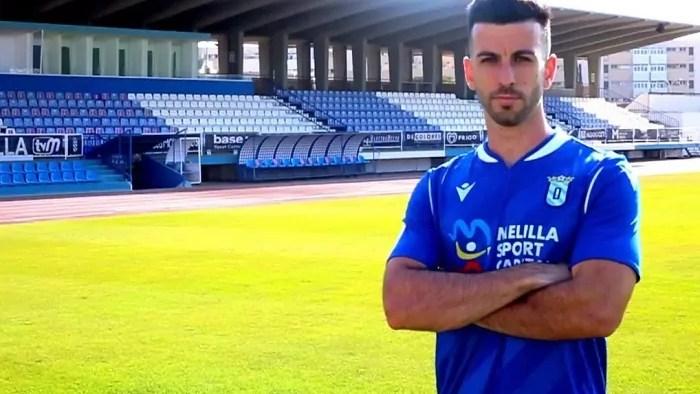 Borja López, jugador del Melilla, luce con la primera equipación